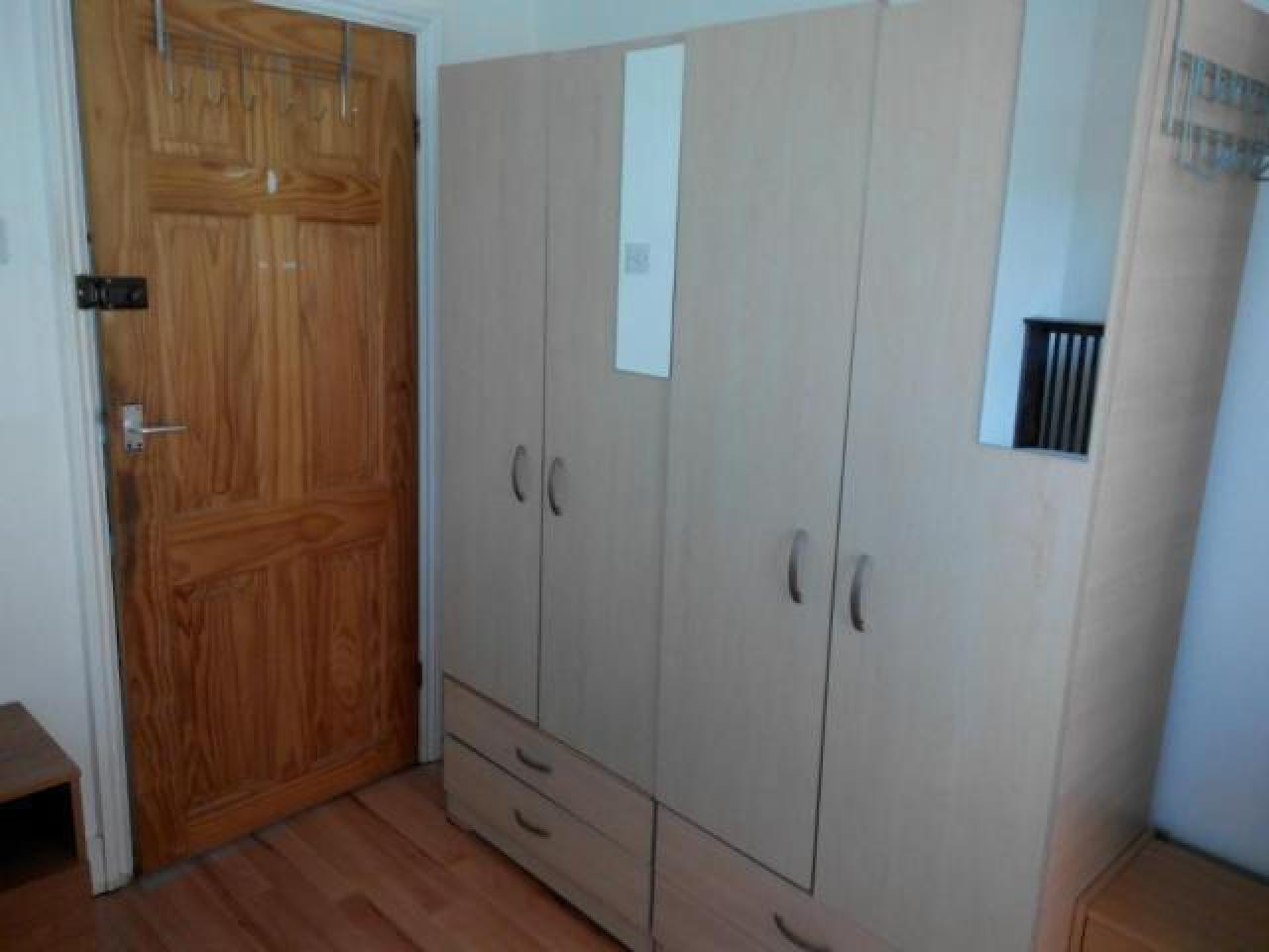 Double room in Stratford, zone 3. Next to tube, Westfield and ASDA. Wi-Fi, all bills included - 2
