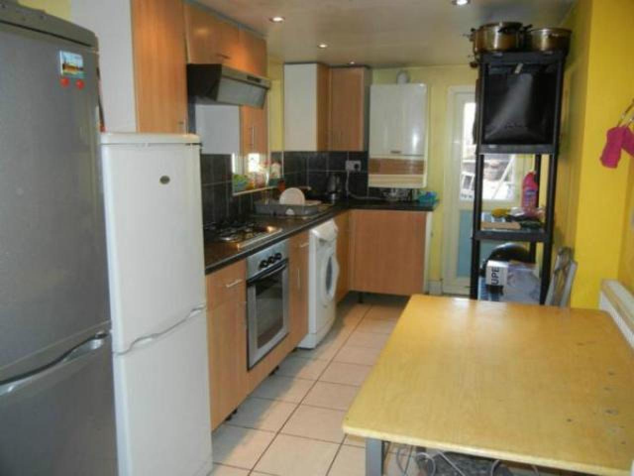 Double room in Stratford, zone 3. Next to tube, Westfield and ASDA. Wi-Fi, all bills included - 4