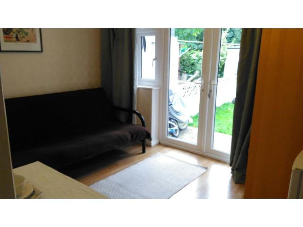 Светлая комната с садом, парковкой в Sutton SM1 - 5