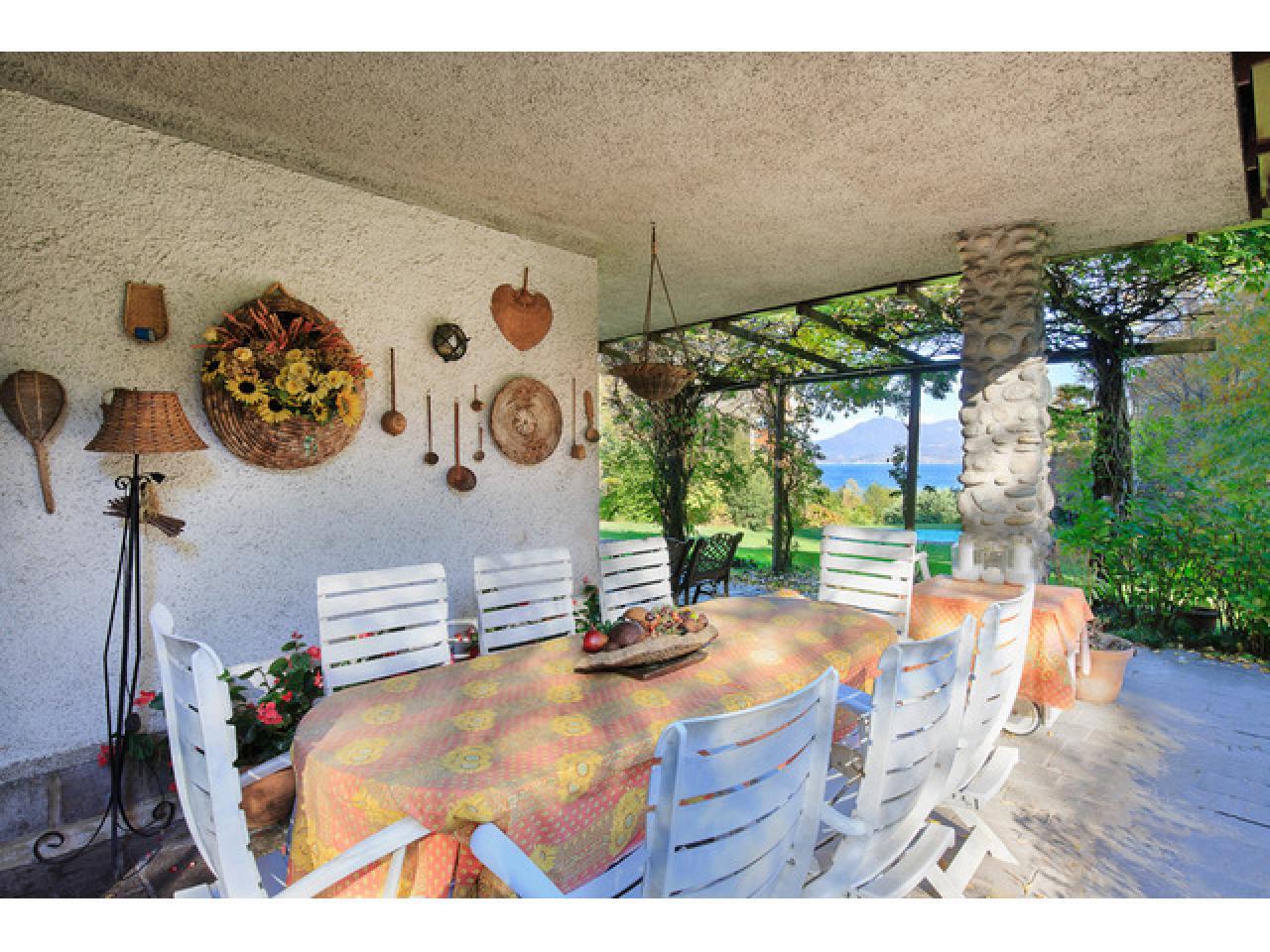 Вилла на солнечной стороне в городе Испра (Италия) на озере Маджоре - 4