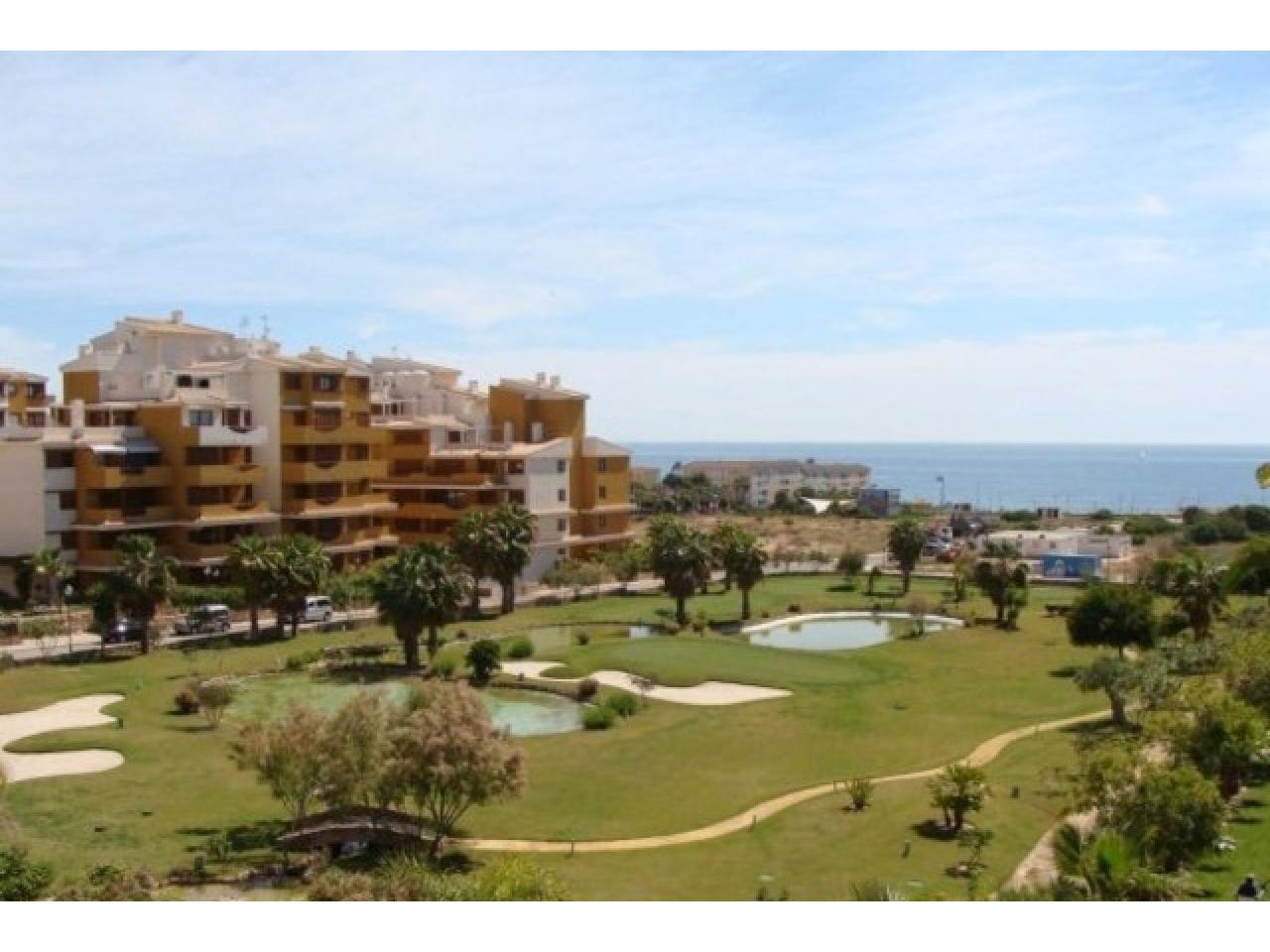 Недвижимость в Испании,Новая квартира на берегу моря от застройщика в Торревьехе - 1