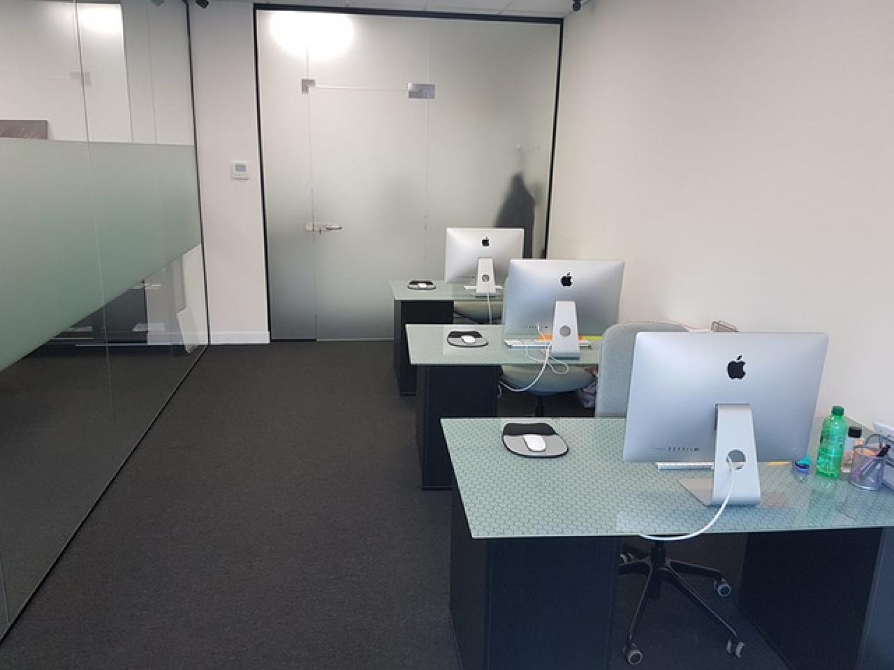 Сдается рабочее место или часть офиса с доступом в Meeting room. - 4/7