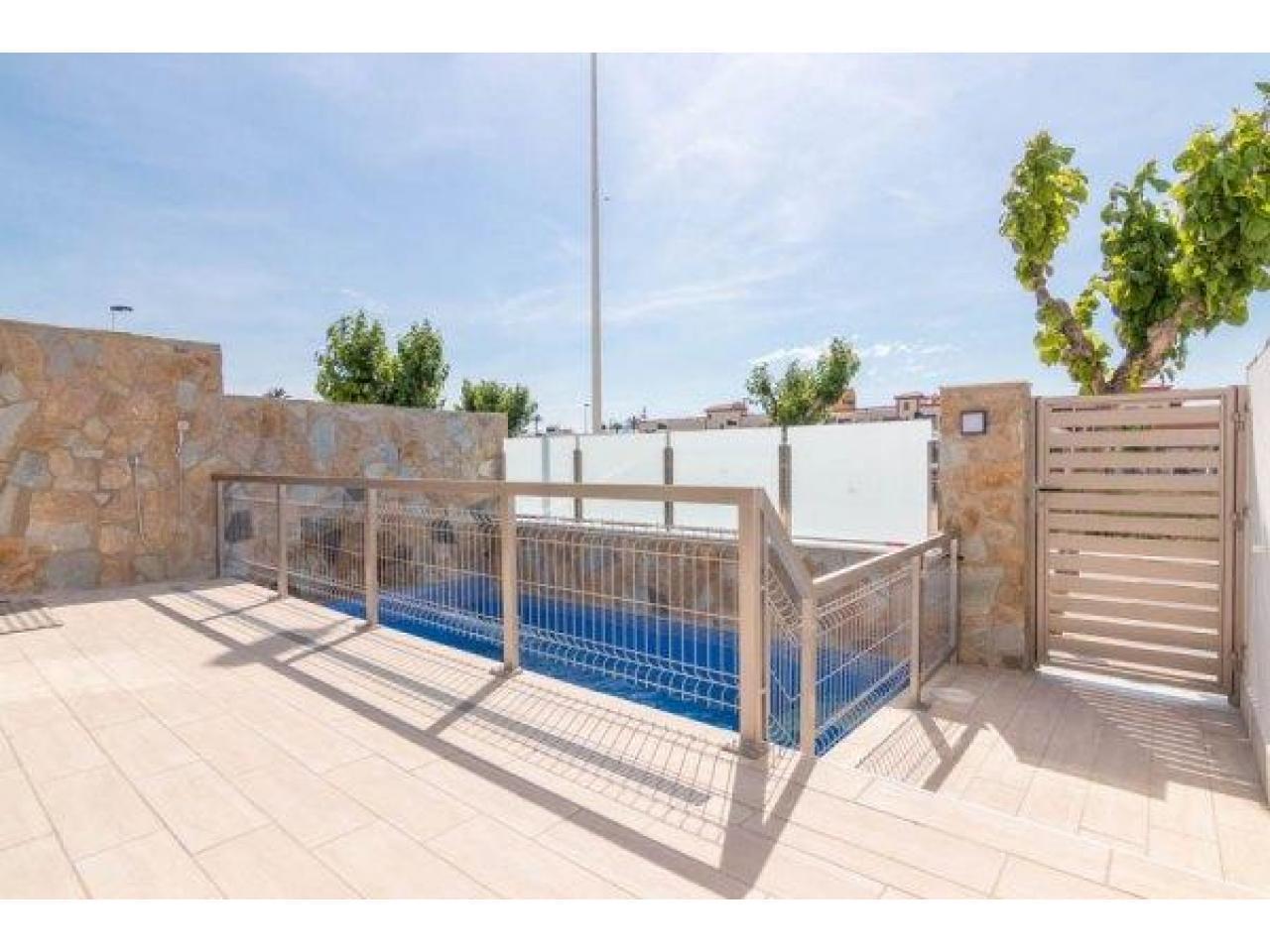 Недвижимость в Испании, Новая вилла рядом с пляжем от застройщика в Лос Алькасарес - 4