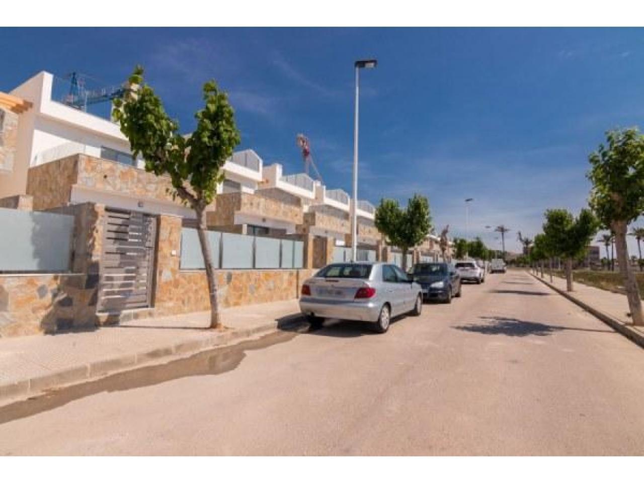 Недвижимость в Испании, Новая вилла рядом с пляжем от застройщика в Лос Алькасарес - 8
