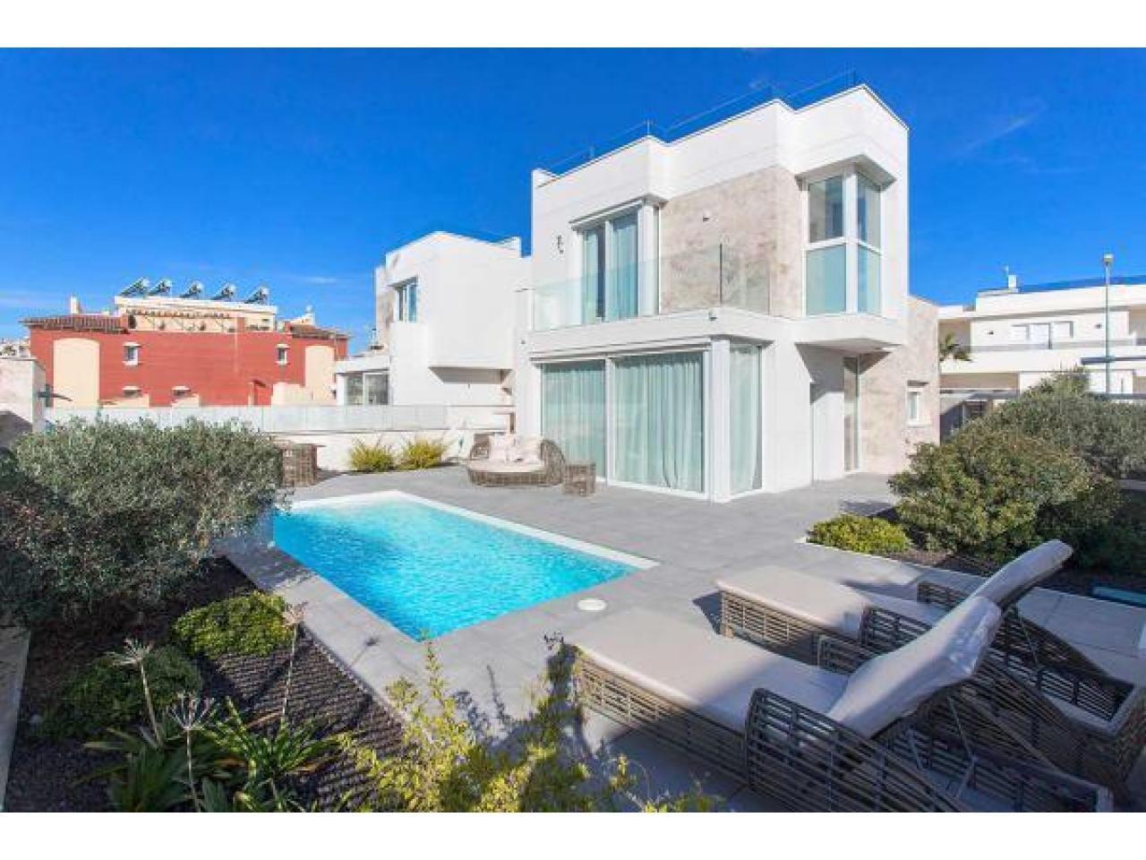 Недвижимость в Испании, Новая вилла рядом с пляжем от застройщика в Торревьеха,Коста Бланка,Испания - 1