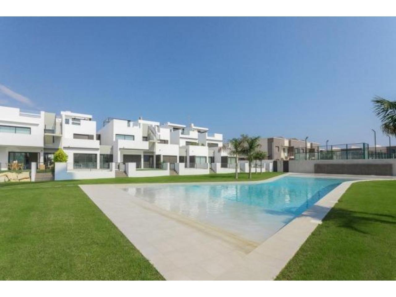 Недвижимость в Испании, Новые бунгало рядом с пляжем от застройщика в Торре де ла Орадада - 1
